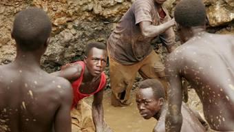 Schuften in den Minen in Kongo: Kobalt für Batterien wird laut Menschenrechtlern auch von Kindern gewonnen. (Symbolbild)