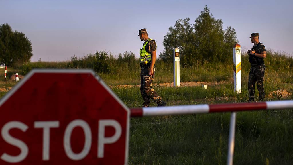 ARCHIV - Illustration: Mitglieder des litauischen Grenzschutzdienstes patrouillieren an der Grenze zu Belarus. Foto: Mindaugas Kulbis/AP/dpa