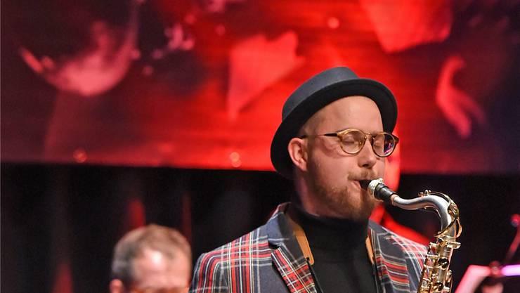 Der Oltner Saxofonist Simon Spiess in seinem Element, im Hintergrund ein Bild von Umberto Arlati.