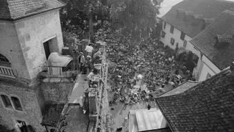 Geburtsstunde der Schweizer Open Airs: Das Folkfestival auf Schloss Lenzburg.
