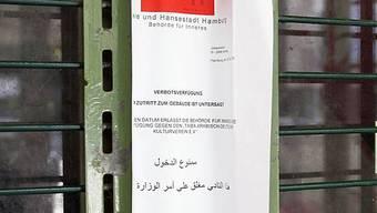 Der amtliche Beschluss hängt an der Tür zur Taiba-Moschee