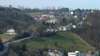 Blick auf die Badener Ortsteile Allmend und Münzlishausen (ganz oben). Hier erlitt ein Anwohner einen doppelten Beinbruch, als er auf dem vereisten Trottoir stürzte.