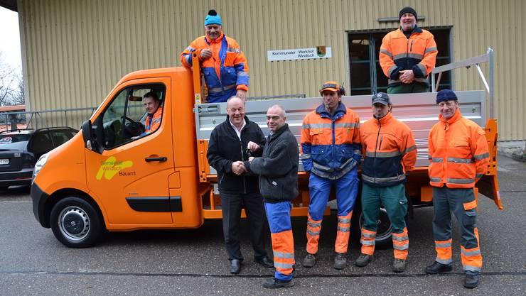 Erich Huber (vorne links) übergibt den Fahrzeugschlüssel an Werkhofchef Werner Schmid und sein Team.