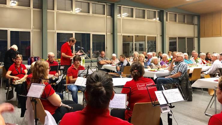 Gebannt lauschen Jubilare, Gäste und Musikanten den Worten von Moderator Markus Burkhard.