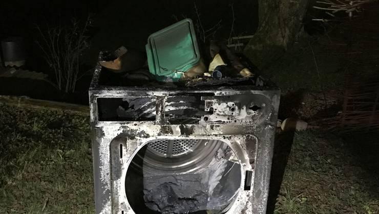 Der Tumbler brannte vor dem Notruf durch den Hausbesitzer etwa eine halbe Stunde lang.