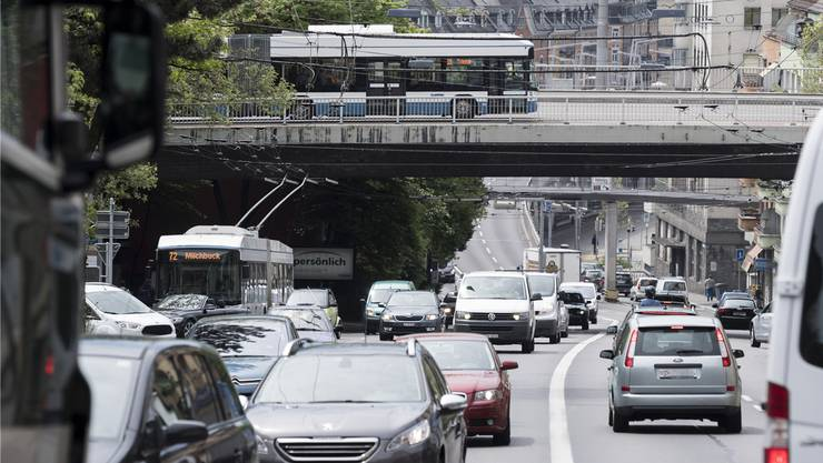 Viel Verkehr auf der Rosengartenstrasse: Als Nächstes kommt das 1,1-Milliarden-Franken-Projekt Rosengartentunnel und Rosengartentram. (Archiv)
