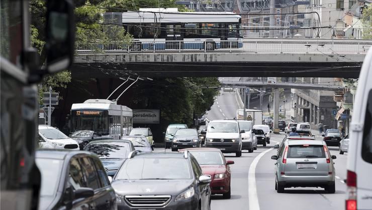 Viel Verkehr auf der Rosengartenstrasse: Heute wird über das das 1,1-Milliarden-Franken-Projekt Rosengartentunnel und Rosengartentram abgestimmt.