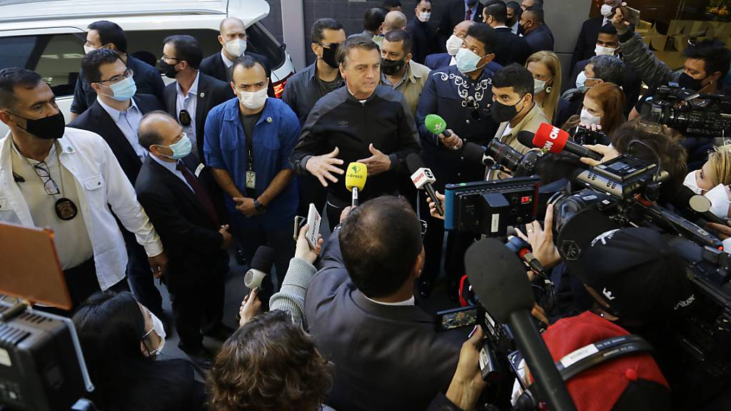 Der brasilianische Präsident Jair Bolsonaro spricht zu Reportern, als er das Krankenhaus in São Paulo verlässt. Dort war er seit Mittwoch wegen eines Darmverschlusses behandelt worden. Bolsonaro werde laut Mitteilung des Präsidialamtes weiterhin von einem Ärzteteam beobachtet. Foto: Nelson Antoine/AP/dpa