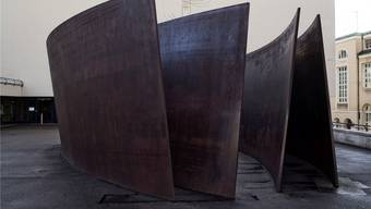 «Intersection» von Richard Serra vor dem Theater Basel.