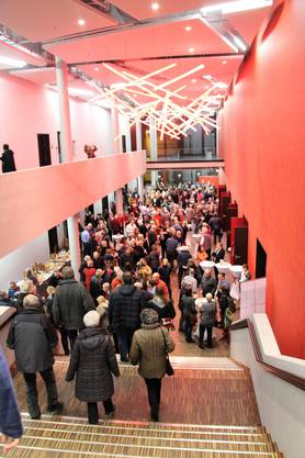 Grossandrang am Benefizanlass im Campussaal Brugg-Windisch.
