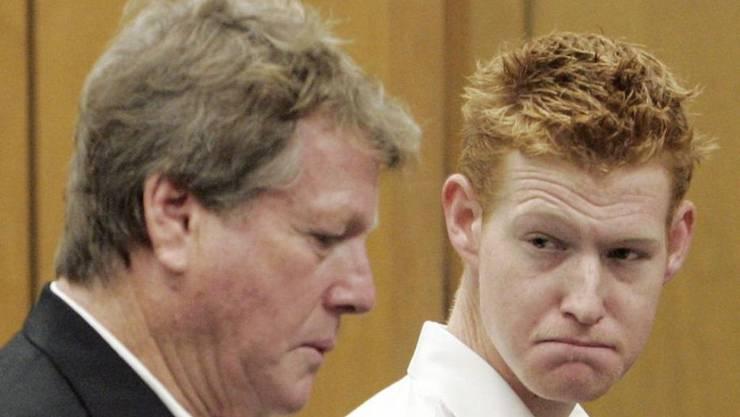 Schauspieler Ryan O'Neal (l) hat seinem Sohn Redmond O'Neal (r) endgültig den Rücken gekehrt, nachdem er vor zwei Wochen mit Drogen im Sack einen Laden überfallen hat. Es war nicht das erste Mal: Das Bild hier stammt aus dem Jahr 2008, als Redmond wegen Drogendelikten vor Gericht stand.