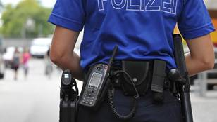 Ein Polizist sperrt beim Cup-Match in Wohlen eine Strassen ab. (Symbolbild)
