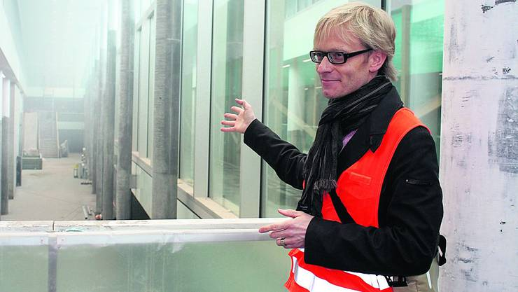 «Die einladend grosse Halle des neuen Bahnhofgebäudes erstreckt sich über drei Etagen und bringt sogar Tageslicht ins Untergeschoss», erklärt Urs Spichtig-Vigano, SBB-Projektleiter.  Foto: cfr