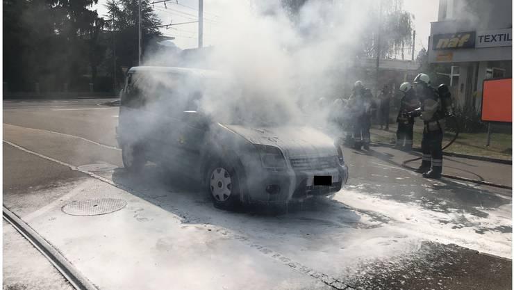 Auf der Baselstrasse in Reinach BL ist am Samstagvormittag ein Fahrzeug in Brand geraten.