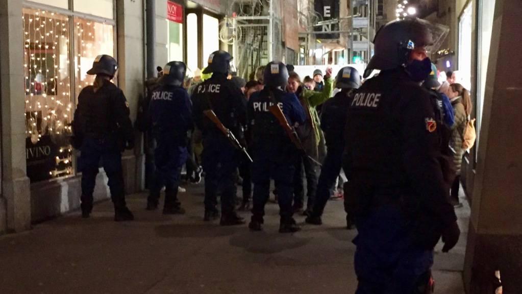 Die Polizei hält im Berner Ryffligässchen die Kundgebungsteilnehmer in Schach.