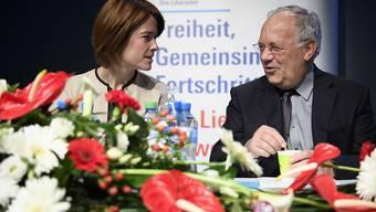 Bundespräsident Johann Schneider-Ammann und FDP-Präsidentin Petra Gössi diskutieren an der FDP-Delegiertenversammlung vom Samstag in Montreux miteinander.