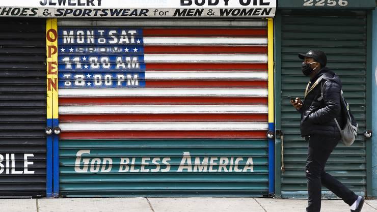 Die Vereinigten Staaten ächzen unter rekordhoher Arbeitslosigkeit. Im Bild ist ein geschlossenes Geschäft in Philadelphia zu sehen. (Bild: Matt Rourke/AP, 23. April 2020)