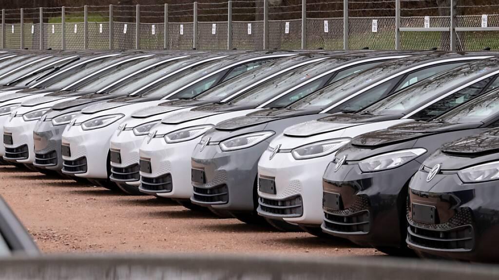 Autobranche hofft nach schwachem Jahresstart auf Öffnung