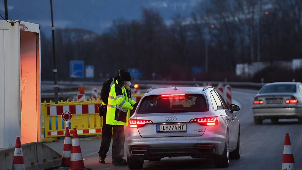 Bundespolizei kontrolliert Reisende an der Autobahn A93 bei Kiefersfelden in Richtung Deutschland. Foto: Angelika Warmuth/dpa