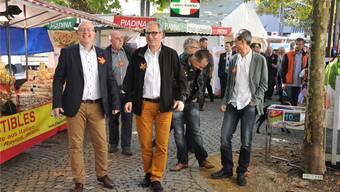 Präsident Rainer Zulauf (ganz links) führt die Gästeschar auf einem ersten Rundgang durch den Markt.