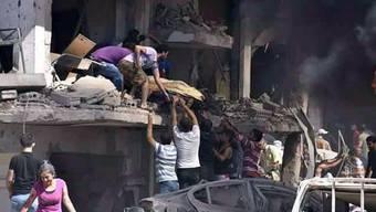 Ein Opfer wird aus dem beim Bombenanschlag zerstörten Gebäude in Kamischli geborgen.