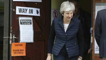 Die britische Premierministerin Theresa May nach der Stimmabgabe bei den Kommunalwahlen an ihrem Wohnort Thames Valley im Westen Londons.