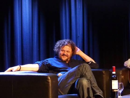 Büne Huber gab sich total locker und entspannt und hatte das Publikum mit Witz und viel Ausstrahlung schnell im Sack.