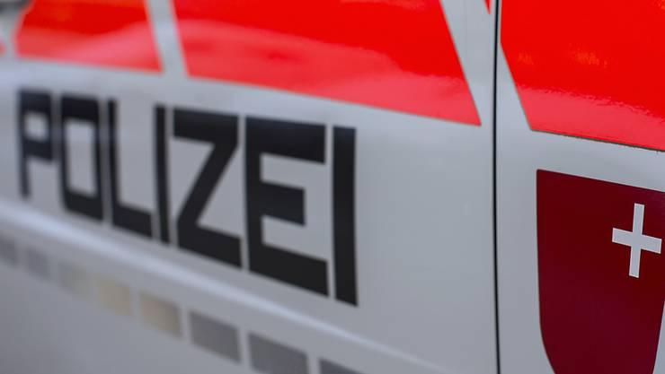 Die Kantonspolizei Schwyz fand in einem Einfamilienhaus in Wollerau einen aufgebrochenen Tresor. Sie geht davon aus, dass Einbrecher Schmuck im Wert von mehr als 100'000 Franken mitgehen liessen.