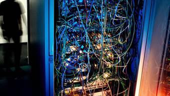 Ein Mann steht in einem Server-Raum (Symbolbild)