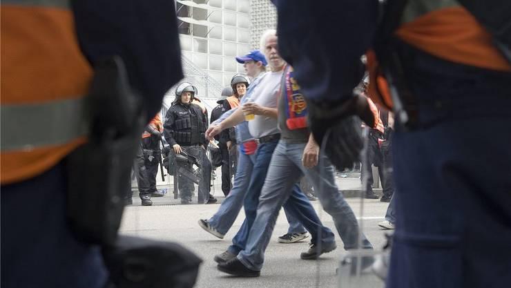 An Spielen der Schweizer Super League sollen nicht nur Polizisten, sondern auch Kamerateams privater Sicherheitsdienste die gewalttätigen Fans filmen.