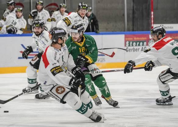 Thurgaus Lars Frei (in grün) umzingelt von drei Oltner Spielern.