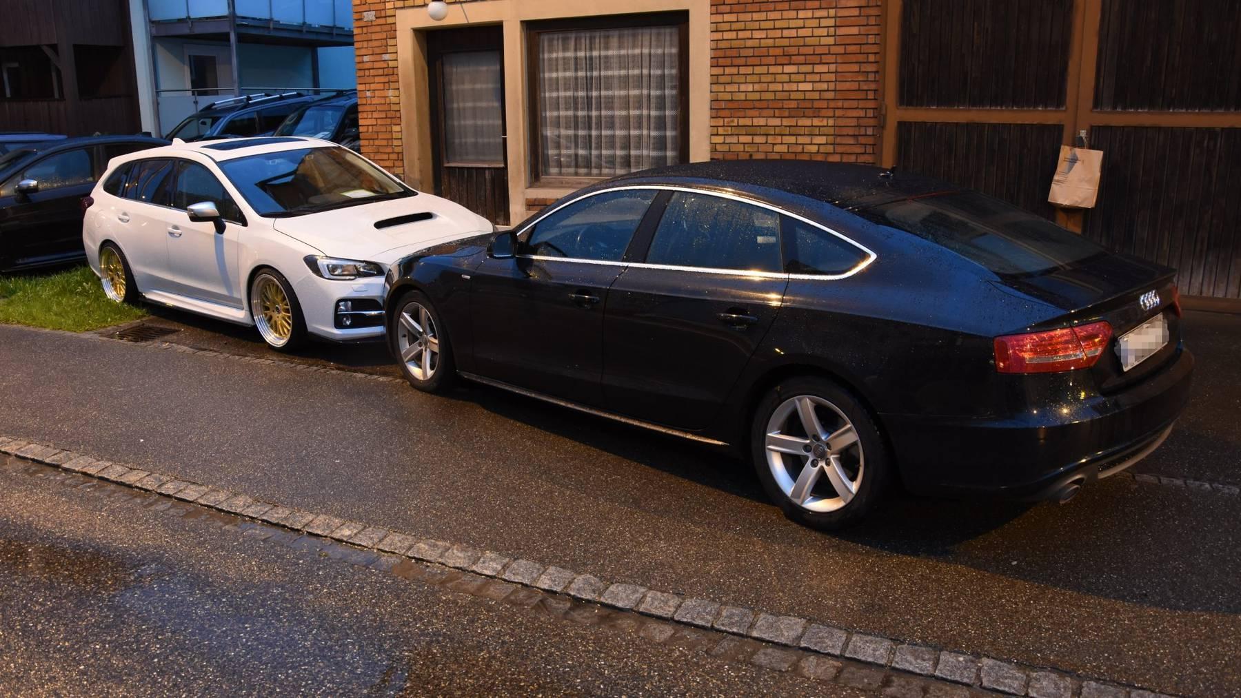Die St.Galler Kantonspolizei hat einen 28-jährigen Mann schlafend in seinem Auto (rechts) angetroffen.