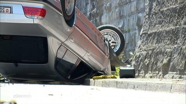 Autofahrer landet nach Unfall auf eigenem Dach