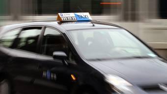 Die zwei jungen Männer haben 2006 in Zürich einen Taxifahrer spitalreif geschlagen (Symbolbild)
