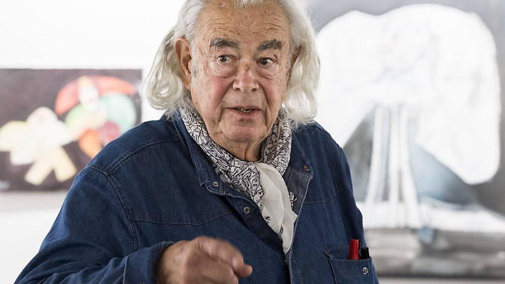 Ted Scapa vor zwei seiner Gemälde in der Berner Ausstelllung.