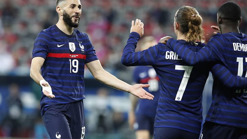 Trotz eines verschossenen Penaltys von Rückkehrer Karim Benzema (li.) hatten die Franzosen in Nizza viel Grund zum Jubeln
