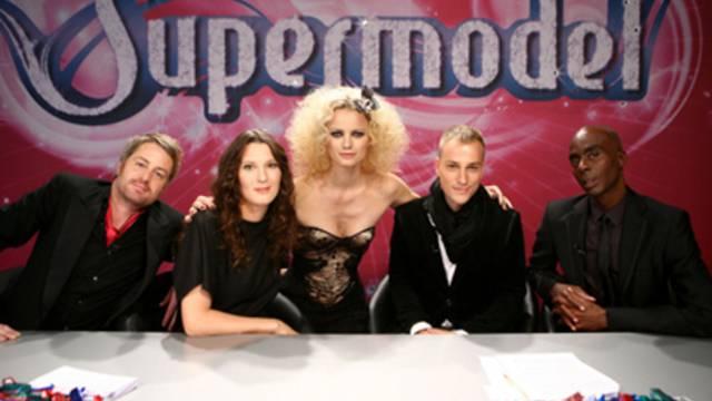 Die komplette Supermodel-Jury mit Yannick Aellen neben Catwalktrainer Bruce Darnell (r.) (Bild: 3+)