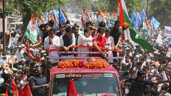 Herausforderer Rahul Gandhi (Mitte rechts) aus der einflussreichsten Politdynastie Indiens im Wahlkampfendspurt. Keystone