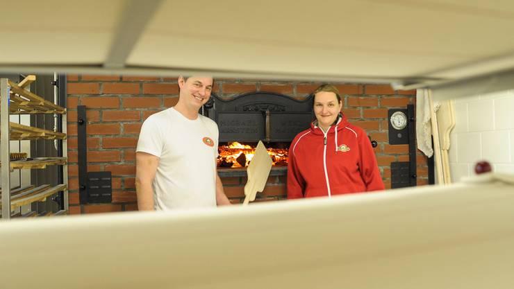 Ralph (links) und Tanja Luder vor dem neu gebauten Holzofen in ihrer Bäckerei.