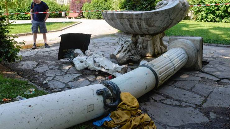 Die umgestürzte Säule im Park von Innsbruck