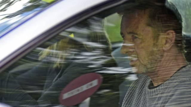 AC/DC-Drummer Phil Rudd verlässt das Gerichtsgebäude in Tauranga