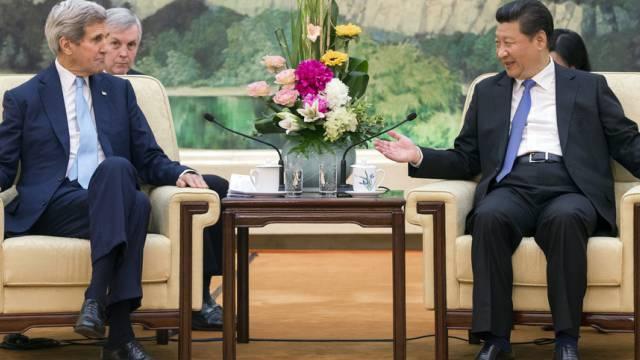 """Kerry und Xi Jinping in der """"Grossen Halle des Volkes"""" in Peking"""
