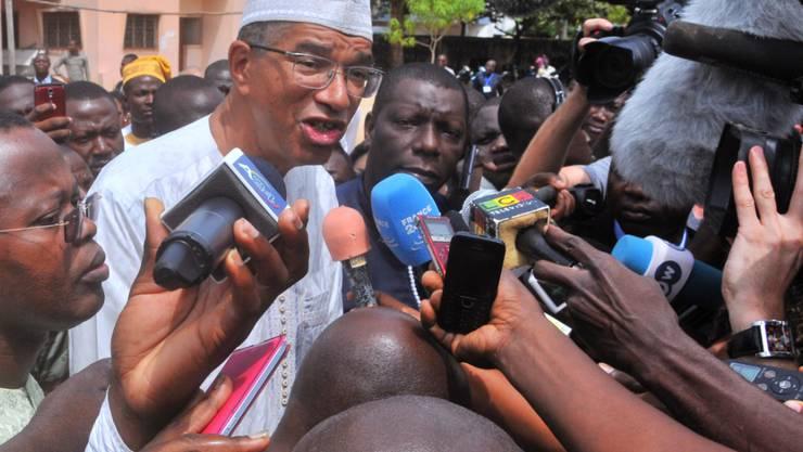 Favorit Lionel Zinsou von der Regierungspartei wird von den Medien bestürmt.