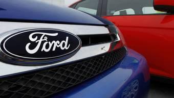 Ford-Logo auf zum Verkauf stehenden Neuwagen in den USA (Archiv)