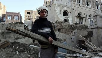 Die Vereinigten Arabischen Emirate sollen im Jemen an Kriegsverbrechen beteiligt sein. Das behauptet eine Menschenrechtsorganisation und klagt vor dem Internationalen Strafgerichtshof. (Aufnahme von Sanaa am 11. November nach einem Luftangriff der von Saudi-Arabien angeführten Koalition)