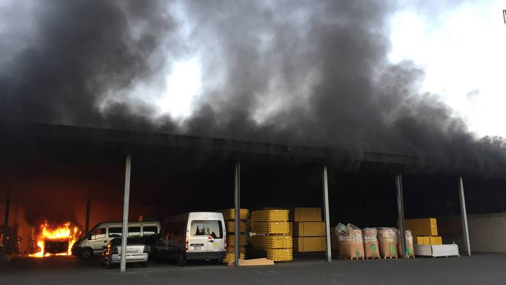 In einer Einstellhalle in Villmergen geriet am frühen Montagmorgen ein Kleinbus in Brand.