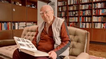 Karl-Heinz Mayer in seiner Wohnung in Wolfsburg,. Hier lebt er, seit er 1955 aus den sibirischen Gefangenenlagern zurückgekehrt ist.