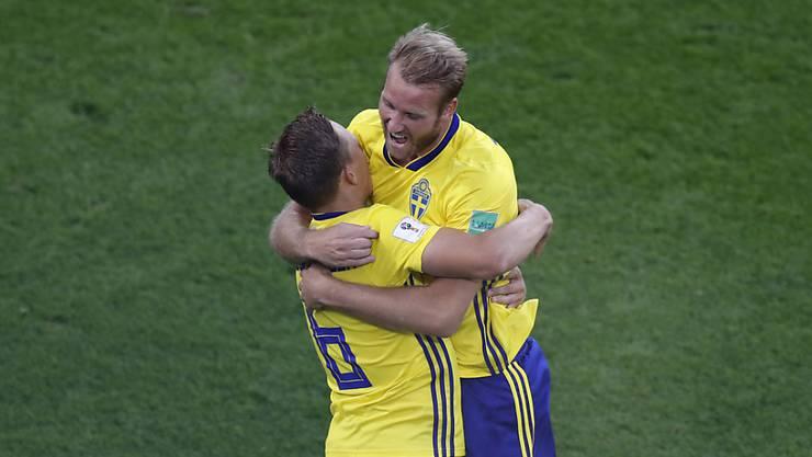 Einer für alle, alle für einen: Ludwig Augustinsson (links) und Ola Toivonen freuen sich über das 1:0 gegen Mexiko