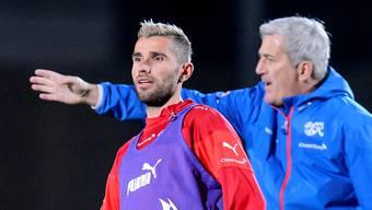 Wehrt sich gegen die Vorwürfe: Für Valon Behrami (l. neben Nationaltrainer Vladimir Petkovic) gibt es innerhalb der Schweizer Nati keinen Balkan-Graben.keystone