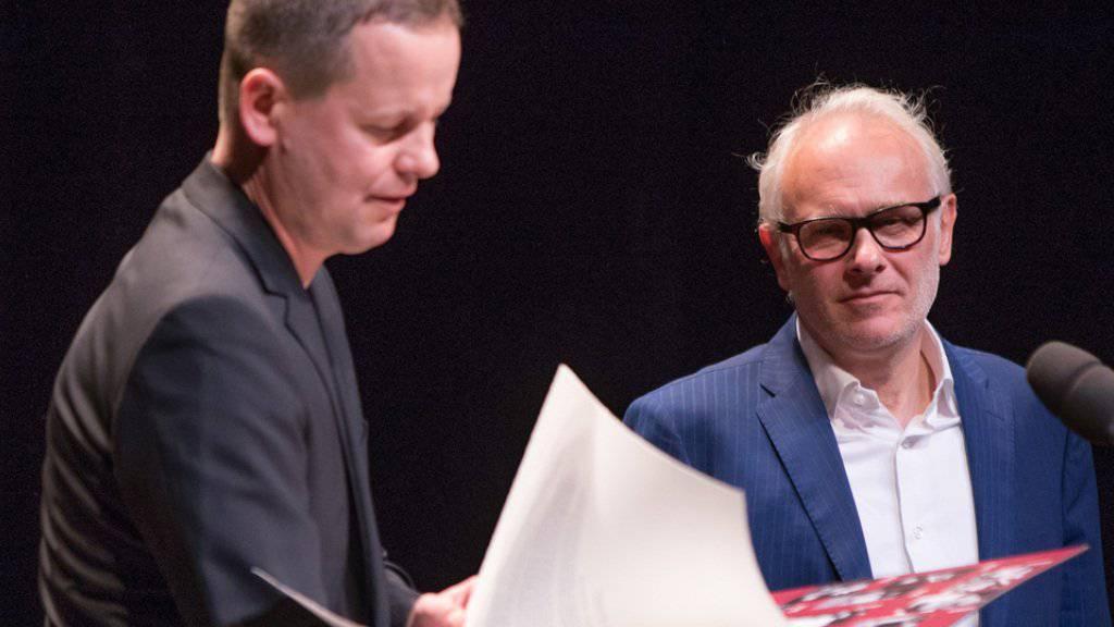 Kultursenator Klaus Lederer (l) verleiht dem Regisseur und Schauspieler Herbert Fritsch (r) den Theaterpreis am 7. Mai 2017 in den Berliner Festspielen in Berlin.